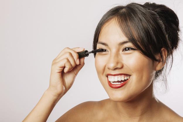 Cara Mudah Hilangkan Tanda-tanda Penuaan di Area Mata