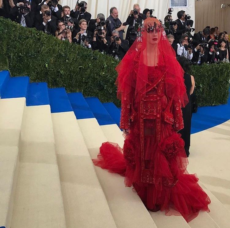 13 Tampilan Artis di Karpet Merah Met Gala