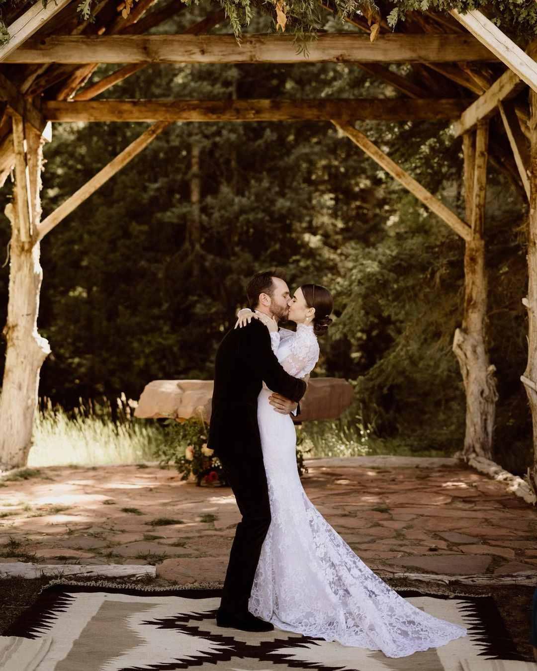 Lily Collins resmi menikah