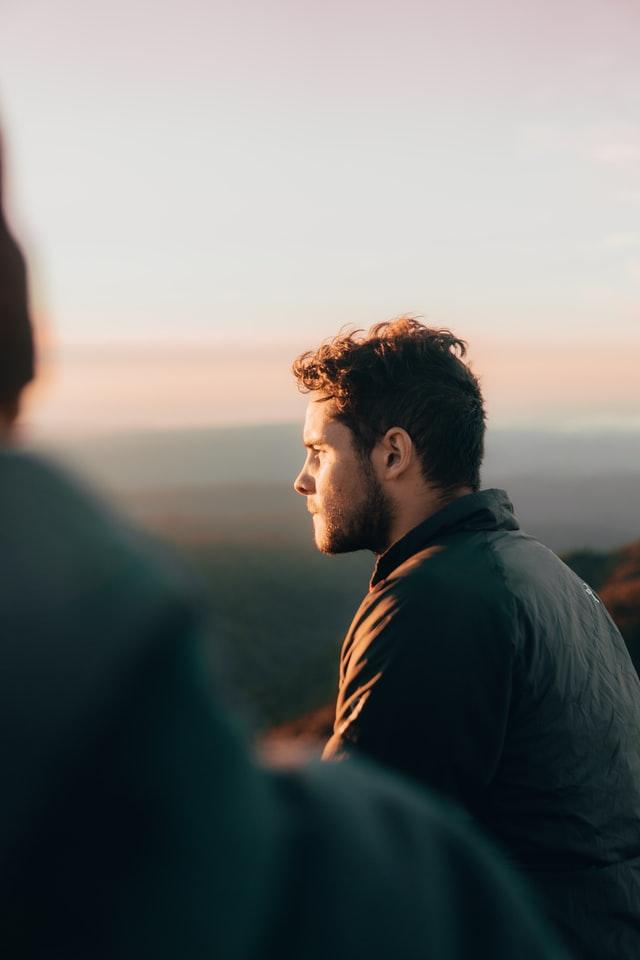 kenapa pria menghindari tatapan wanita?