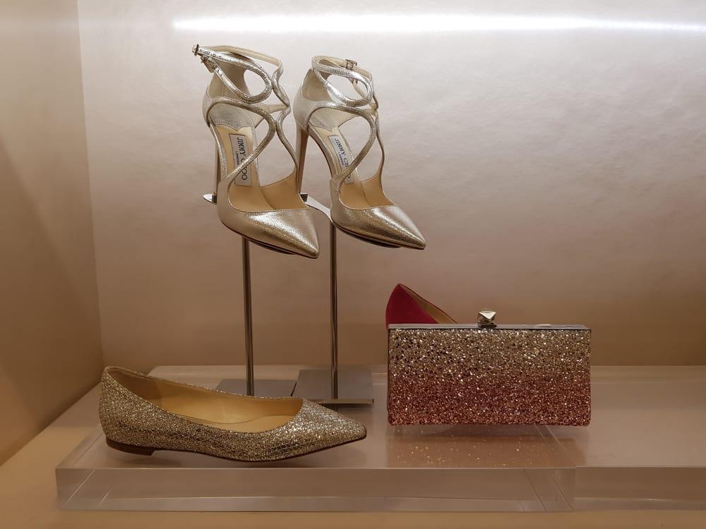 0f96dea0119 Selain sepatu sneakers, koleksi bridal lainnya juga bisa ditemukan di sini,  seperti pumps bertabur glitter, high heels metalik, serta clutch dan flap  bag ...