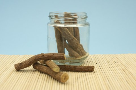 Cara memutihkan wajah dengan akar licorice