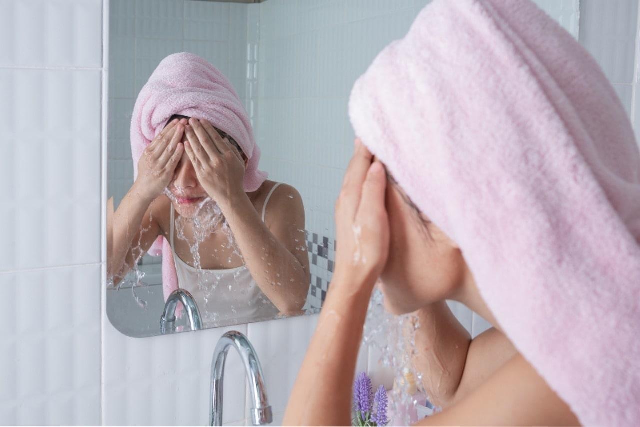 Hindari Mencuci Wajah dengan Air Panas