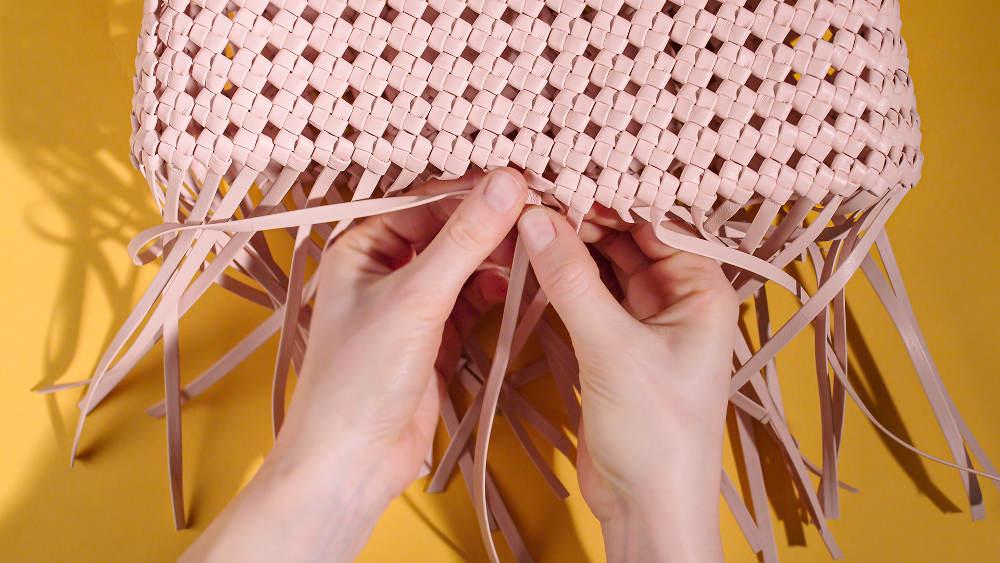 Mengintip Proses Pembuatan Tas Peekaboo Fendi