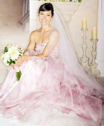 Para Selebriti Berikut Mewarnai Pesta Pernikahan Mereka Lewat Pilihan Gaun Berwarna.