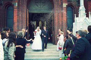 Tradisi Melempar Beras Saat Pernikahan