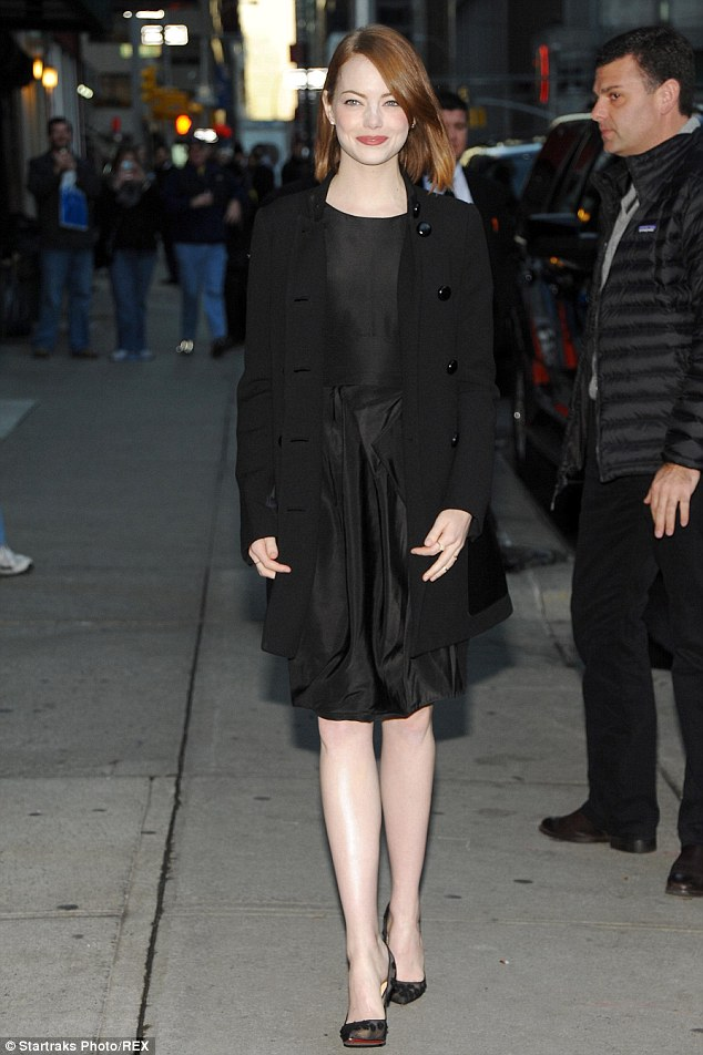 Emma Stone mengenakan Michael Kors