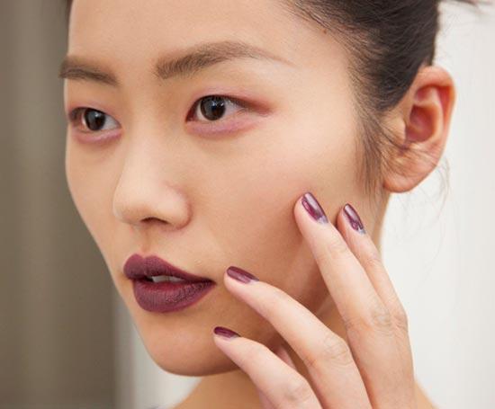 Warna Lipstik Gelap Jadi Tren Makeup Bulan Ini