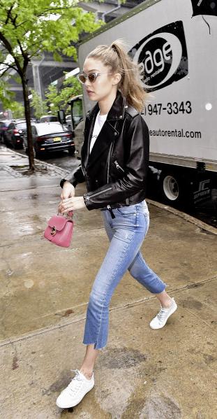 Spotted: Gigi Hadid Mengenakan Tas Burberry