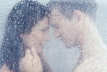 5 Alasan Enaknya Mandi Bersama Pasangan Tiap Pagi