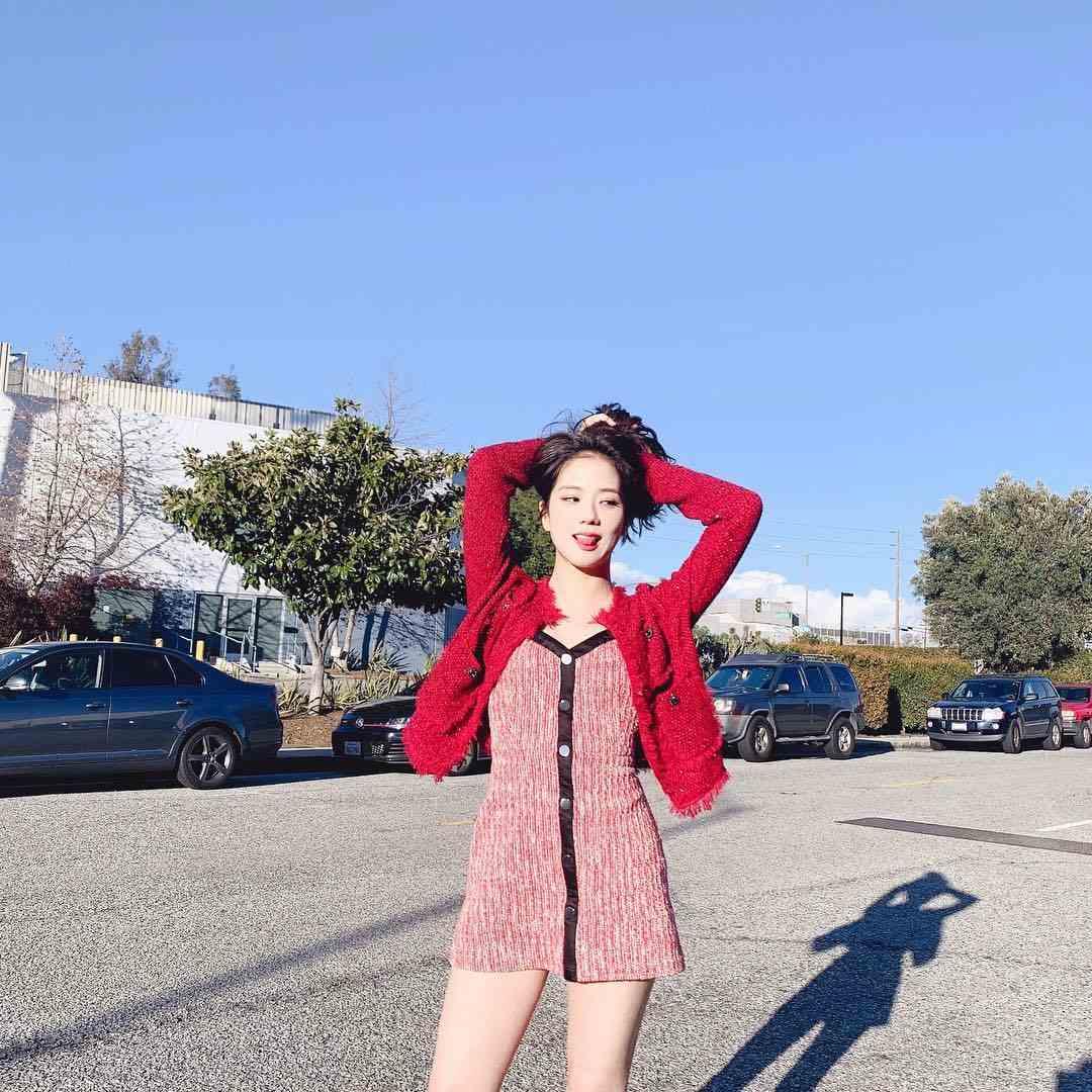 5 Gaya Kasual Mini Dress dan Rok Ala Kim Jisoo BLACKPINK
