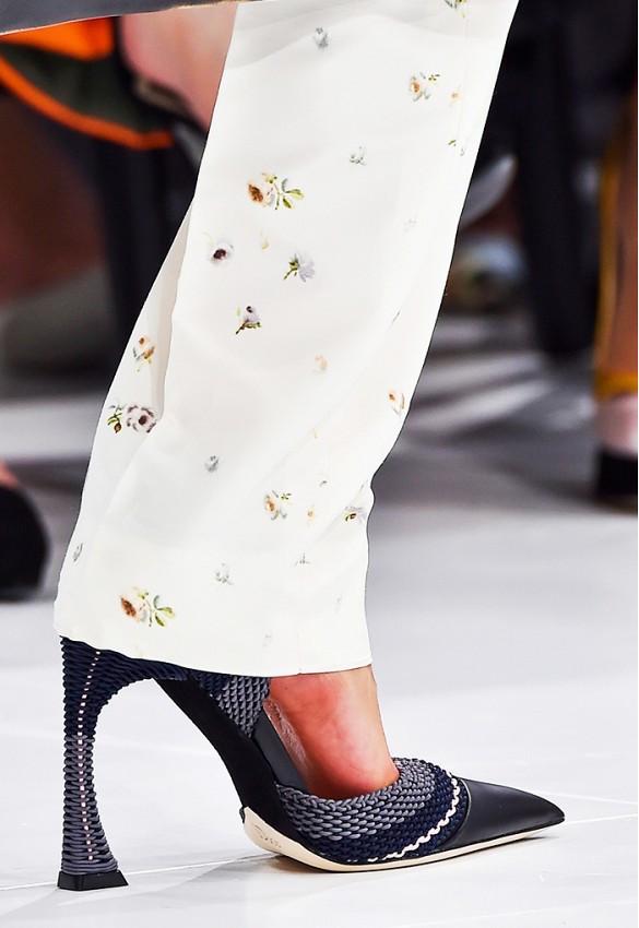 Curved Heels Mendominasi Fashion Week 2015