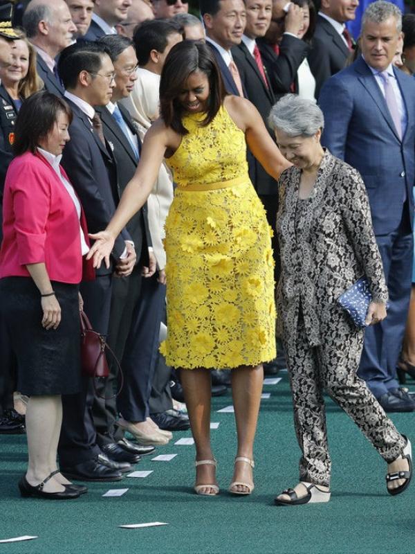 Istri Perdana Menteri Singapura Pakai Clutch Sederhana