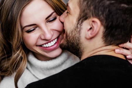 Alasan Pria Jatuh Cinta dengan Wanita Lebih Tua