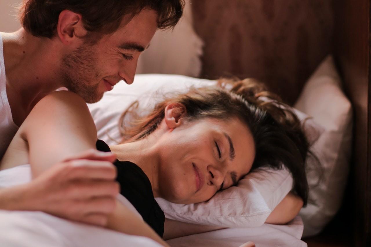 4 Cara Berkomunikasi Dengan Pasangan Saat Berhubungan Seks