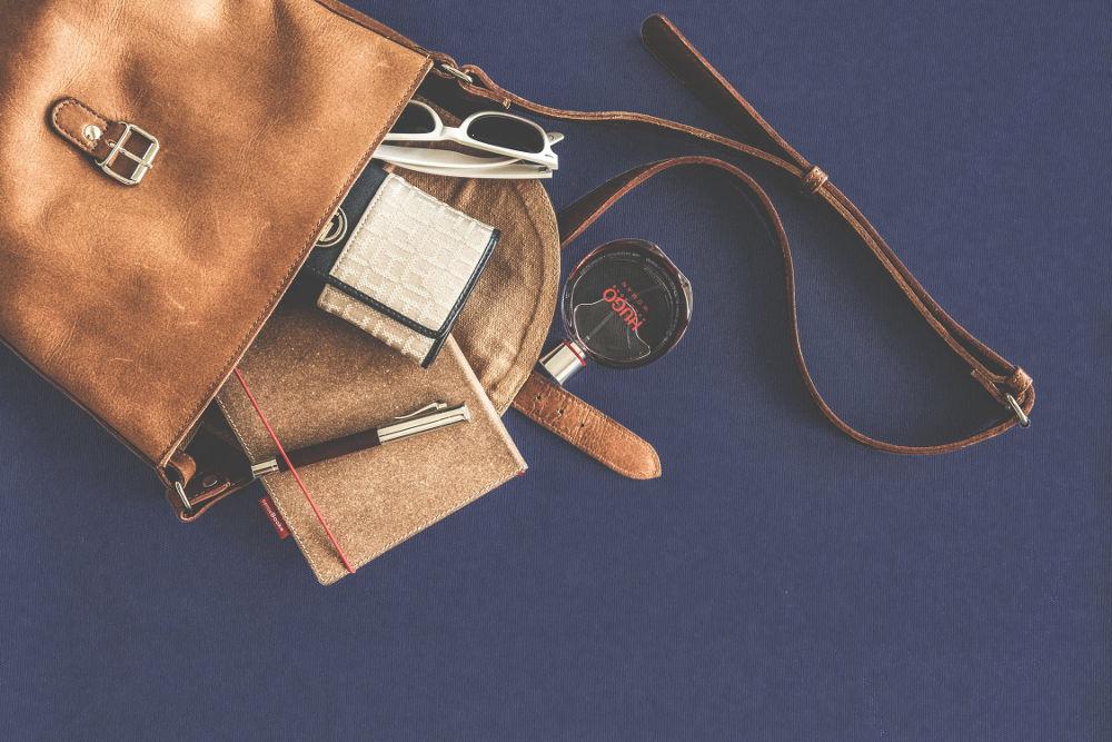 Cara Ampuh Membersihkan Noda Minyak pada Aksesori Kulit