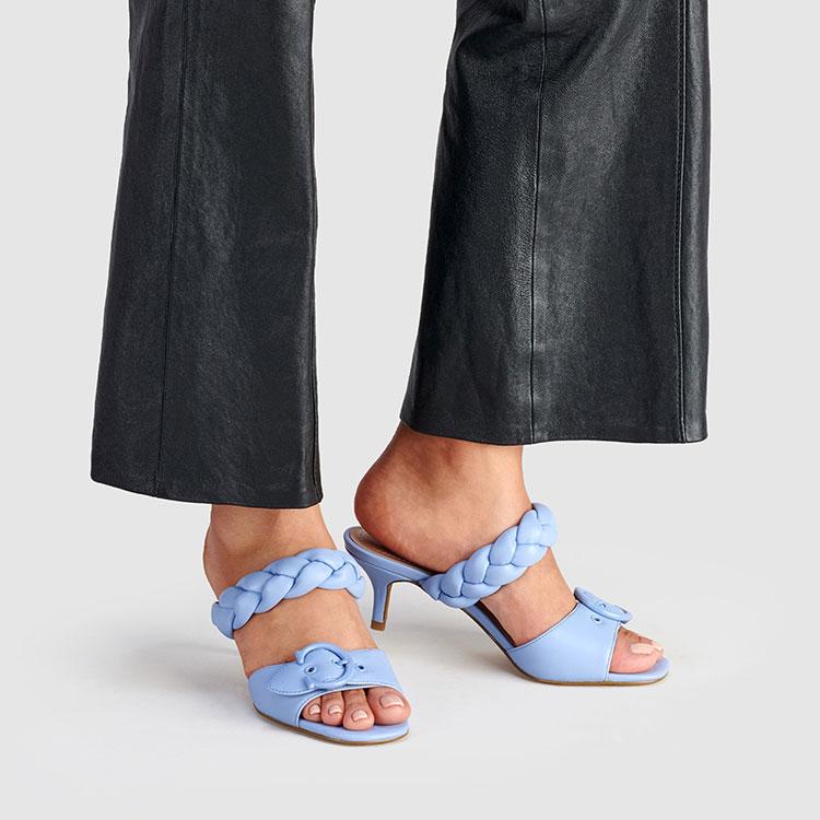 Wajib Punya: Koleksi Sandal Mollie dari Coach