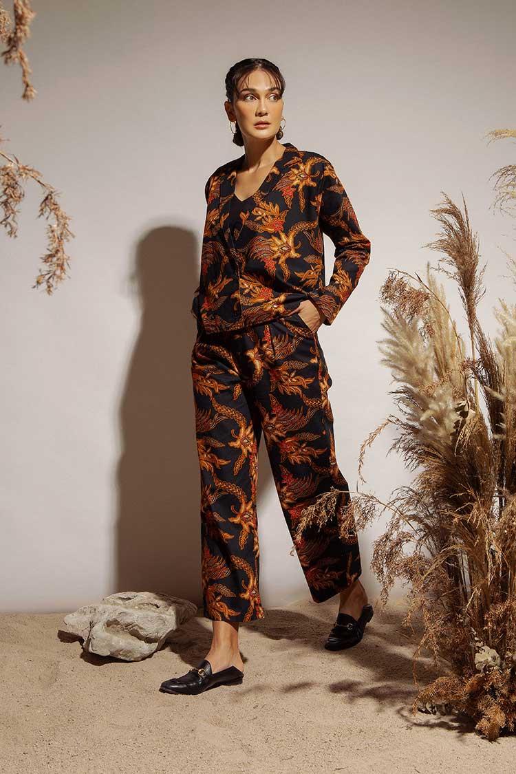 Luna Maya Meluncurkan Koleksi Batik dari Luna Habit