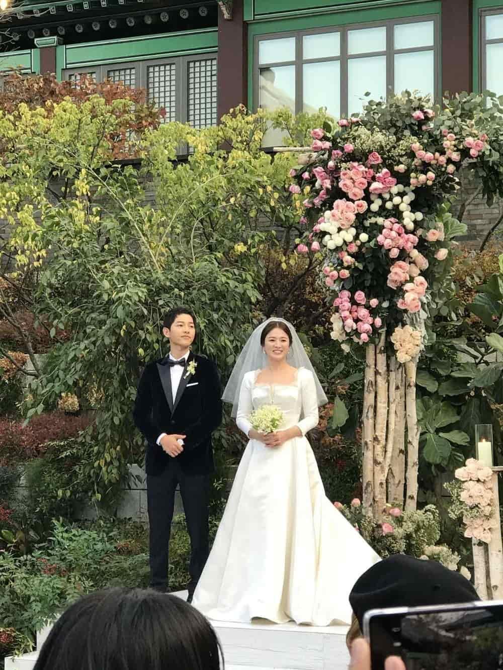 Intip Proses Pembuatan Gaun Pengantin Song Hye Kyo