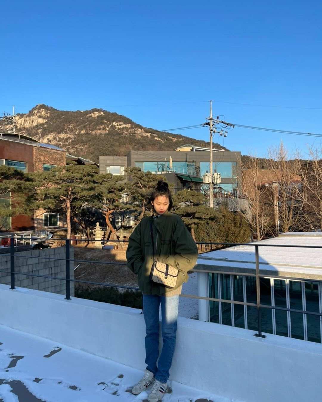 Cari Inspirasi Style Kasual dari Jung Ho Yeon 'Squid Game'