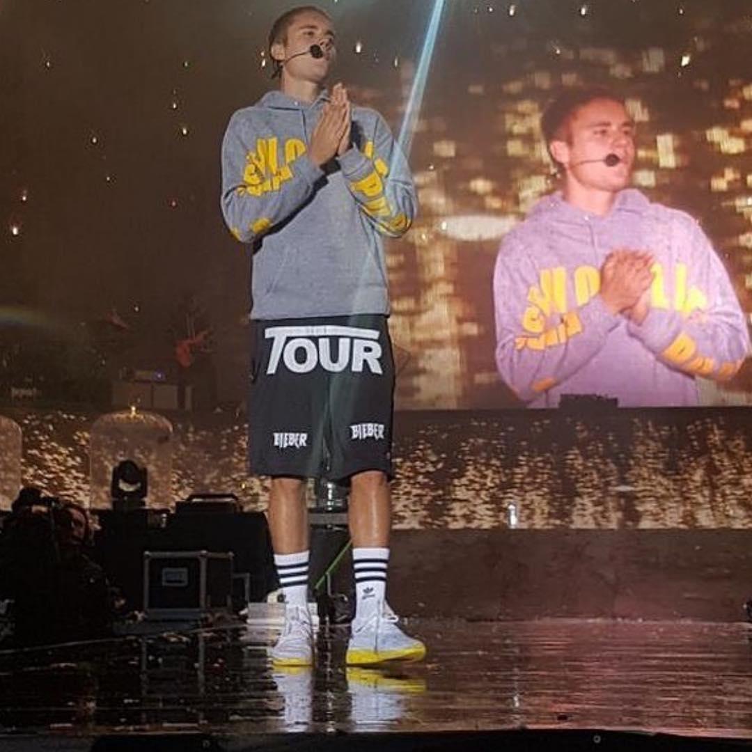 Justin Bieber Dilempar Botol Oleh Penggemarnya