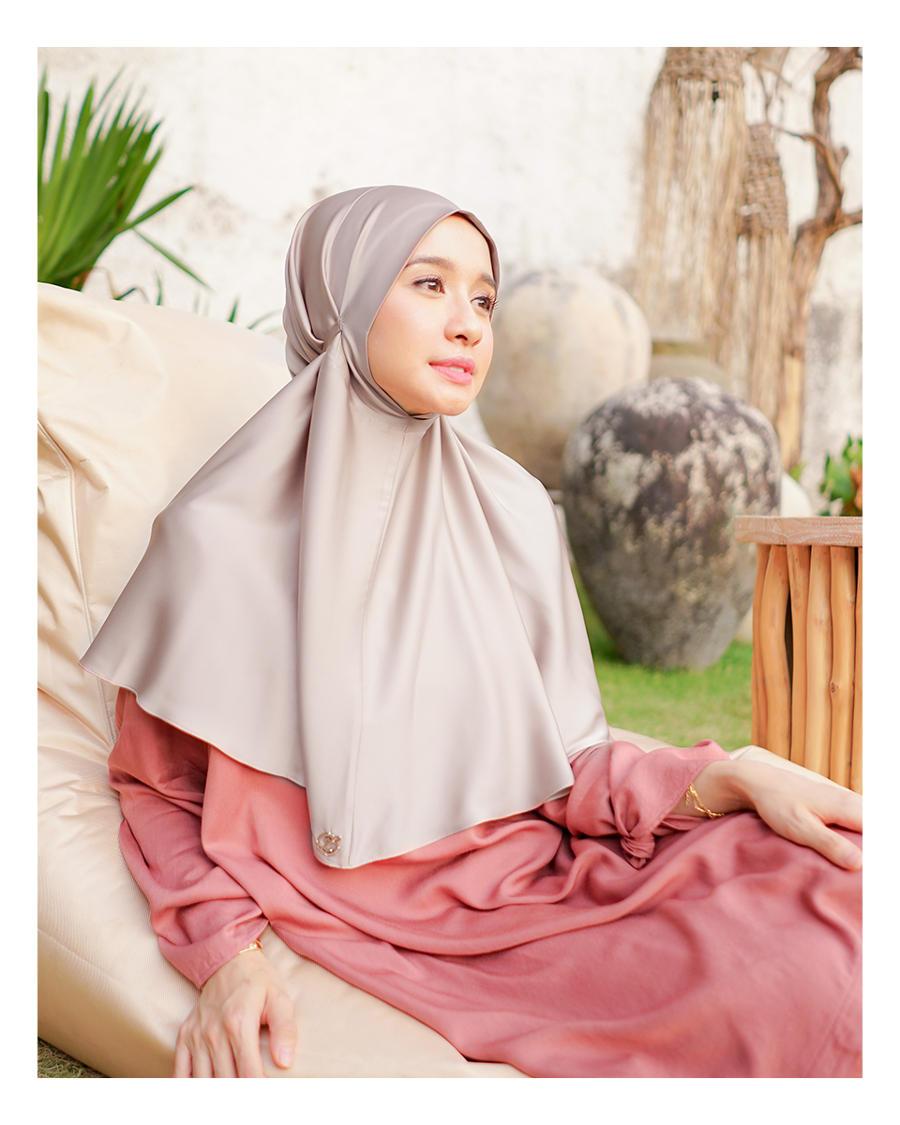 Laudya Cynthia Bella Hadirkan Koleksi Hijab Di Rumah Aja