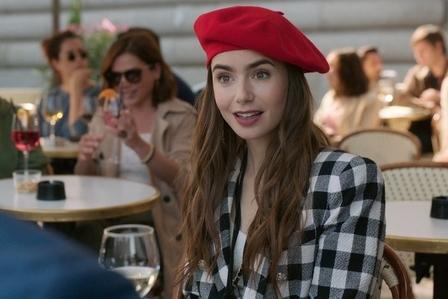 Lily Collins Ceritakan Proses Syuting Emily in Paris