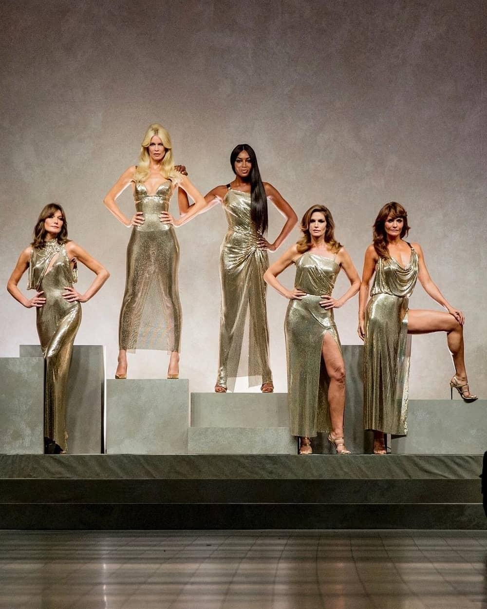 Lima Supermodel Era 90-an Tutup Peragaan Busana Versace