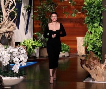 Selena Gomez Promosikan Kesehatan Mental Lewat Rare Beauty