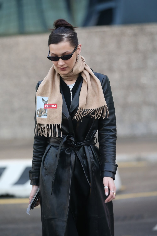 Spotted: Bella Hadid Mengenakan Scarf Burberry