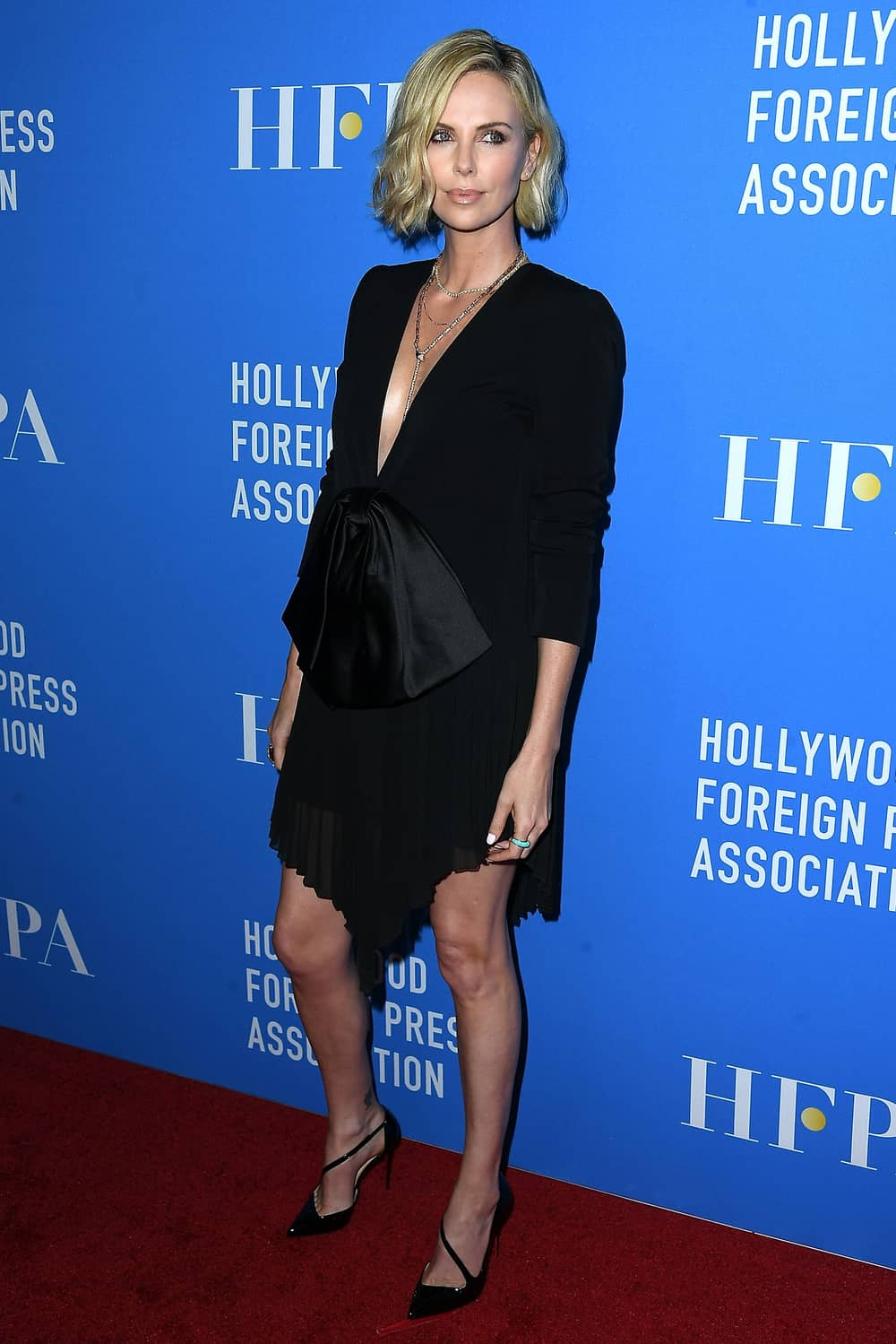 Spotted: Charlize Theron Mengenakan Givenchy