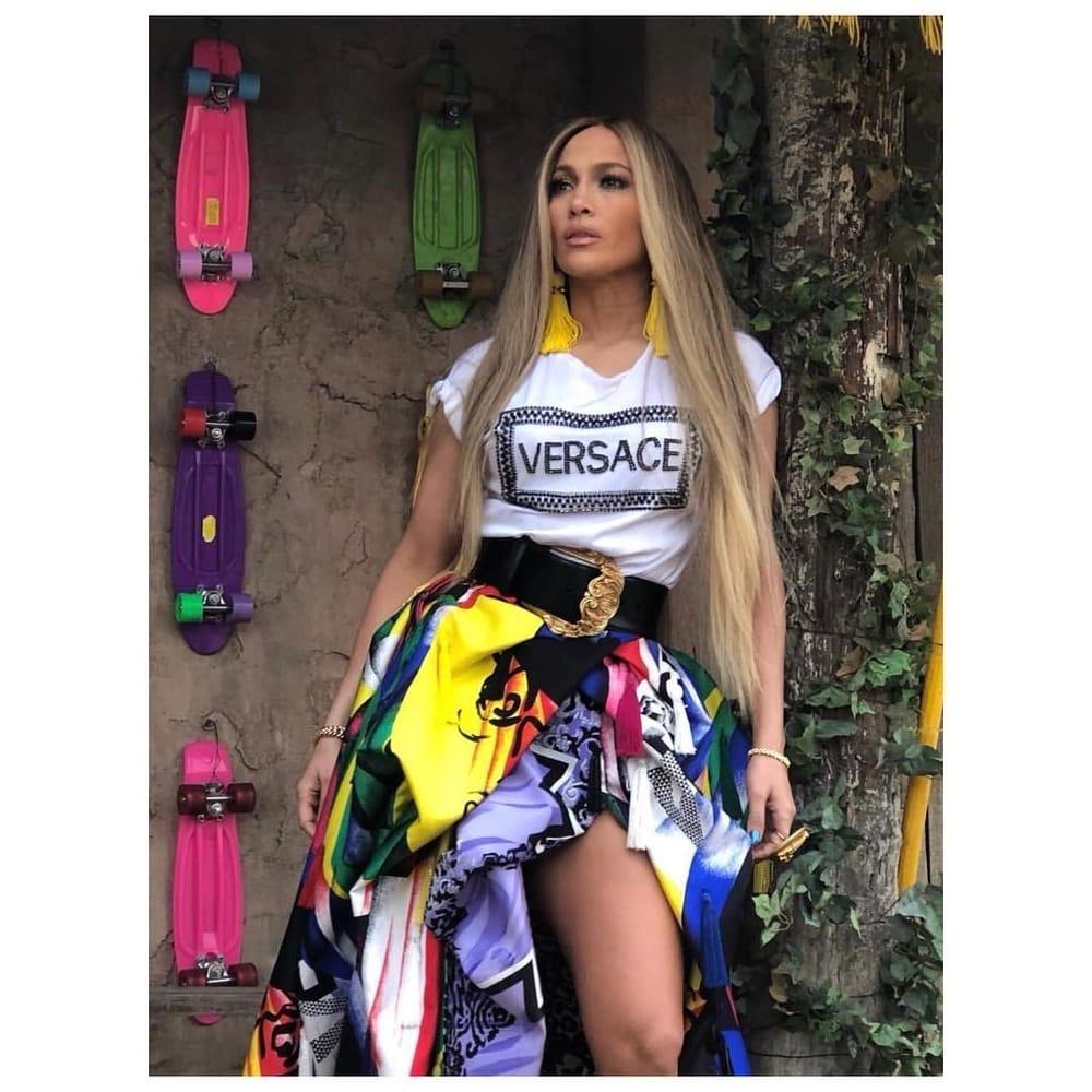 Spotted: Jennifer Lopez Mengenakan Versace