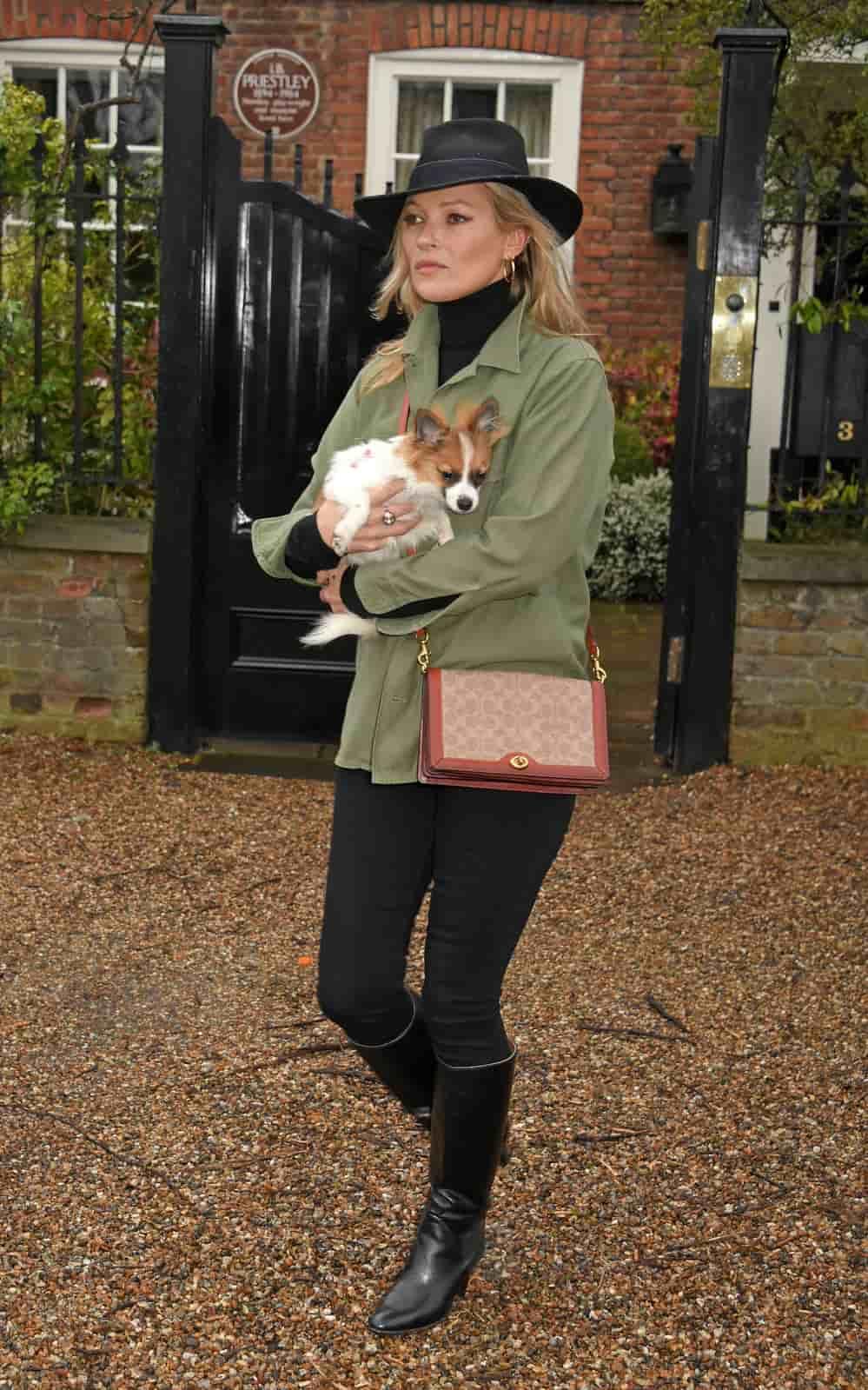 Spotted: Kate Moss Mengenakan Tas Coach Terbaru