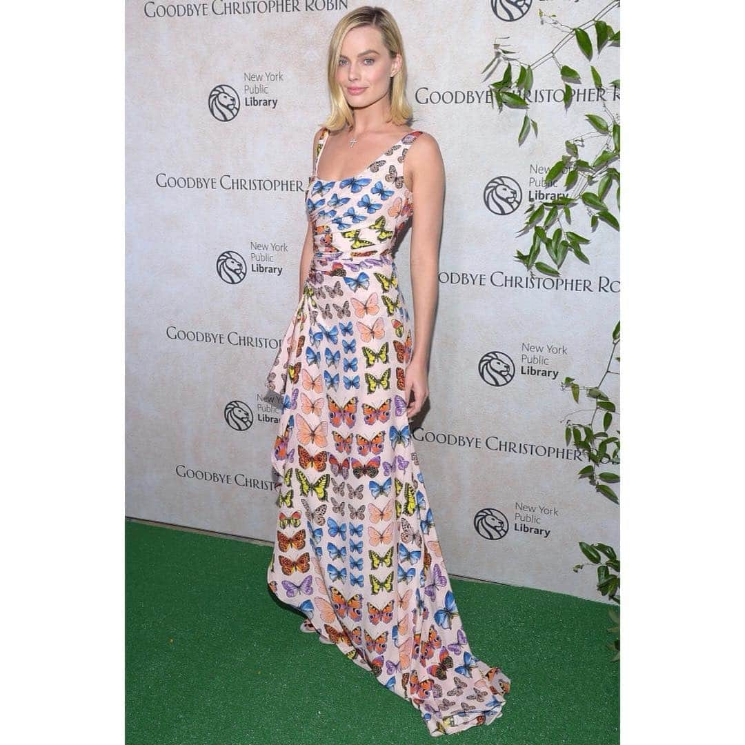 Spotted: Margot Robbie Mengenakan Versace