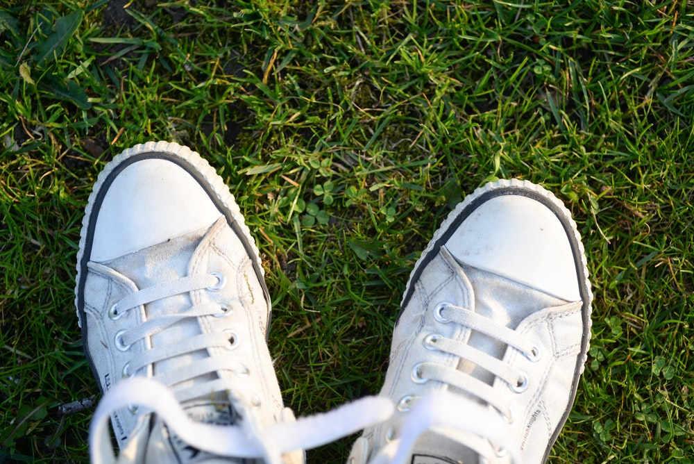 Tips Membersihkan Sepatu Warna Putih