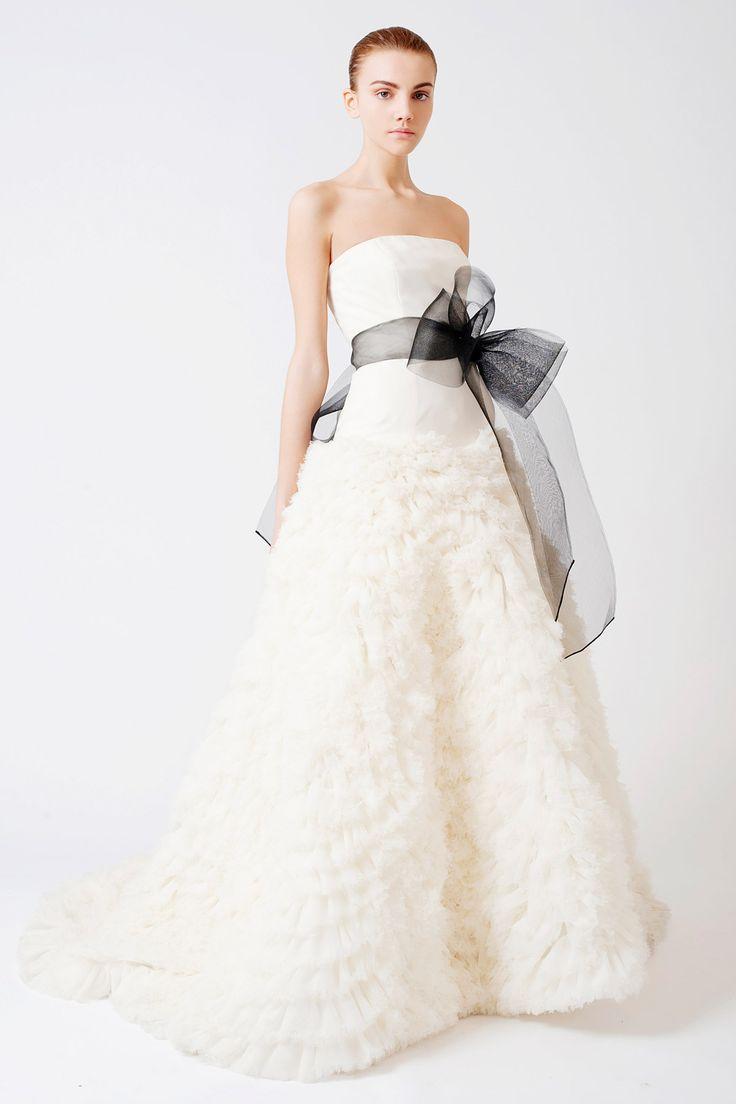 Tips Menghadirkan Warna Hitam di Gaun Pernikahan