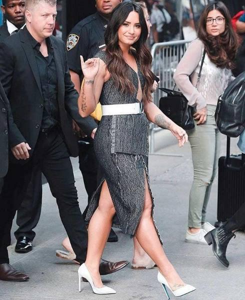 Wow! Demi Lovato Kenakan Rancangan Desainer Indonesia