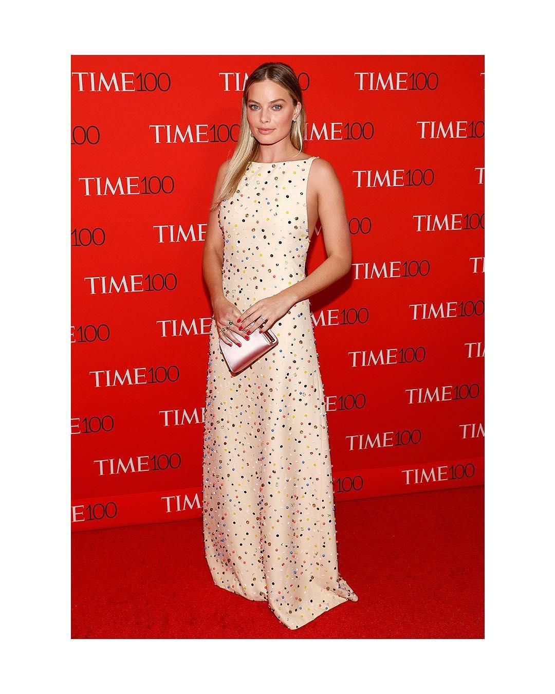 Spotted: Margot Robbie Mengenakan Prada