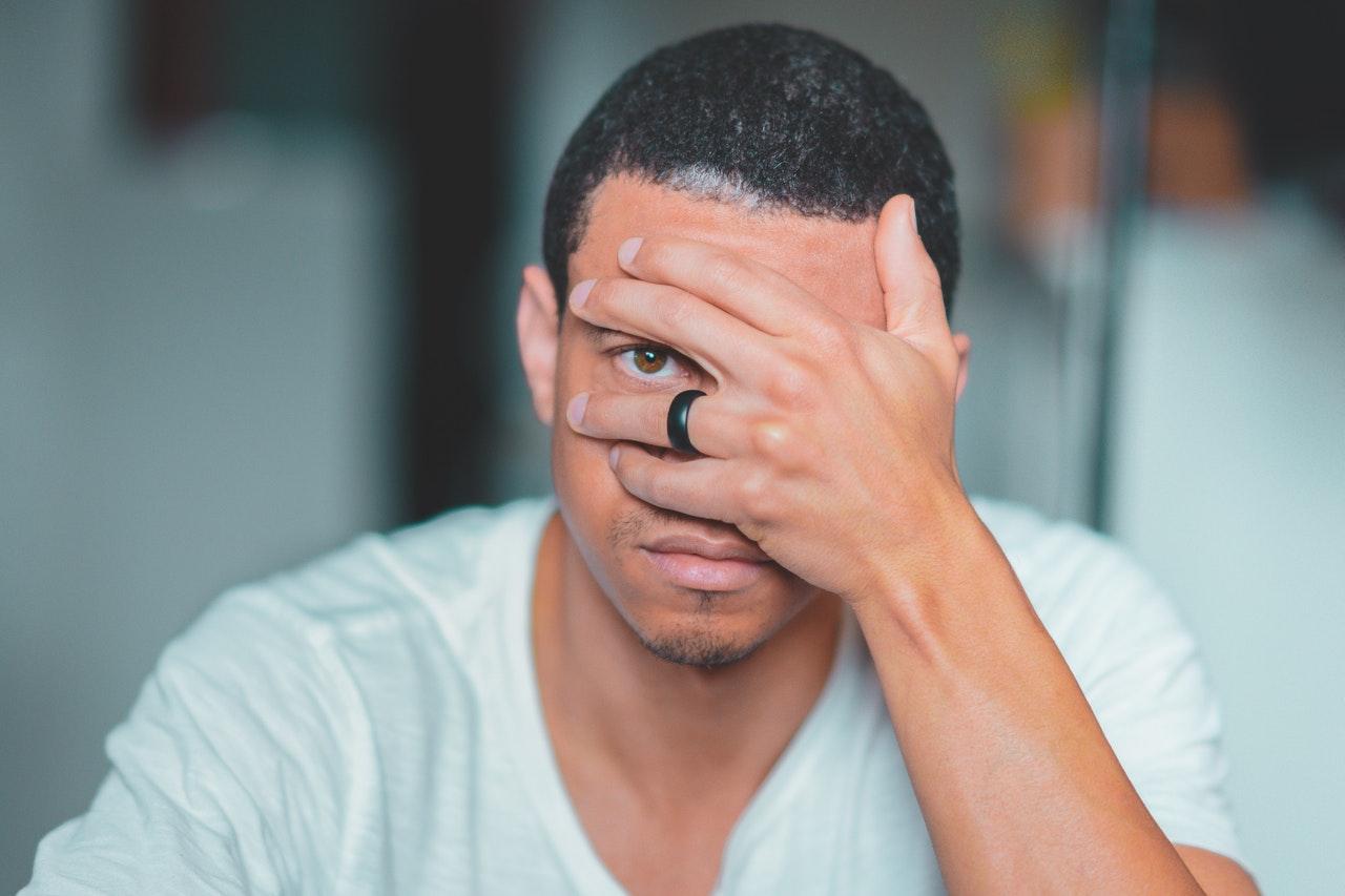 Alasan Pria Menghindari Kontak Mata