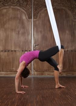 Hilangkan Stres Lewat Floating Yoga