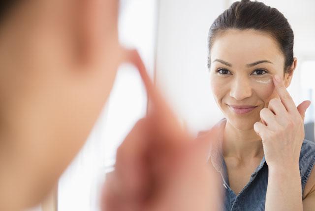 3 Kebiasaan Penyebab Kantung Mata