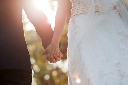 4 Manfaat Menikah dengan Pria yang Lebih Muda