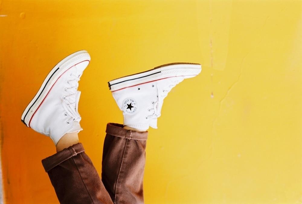 3 Cara Mudah Mencuci Sepatu Putih Agar Tidak Kuning
