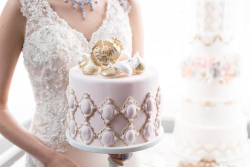 20 Kue Pernikahan Bernuansa Emas