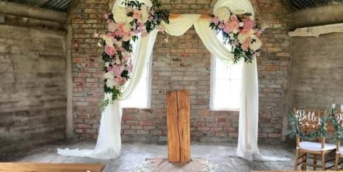 10 Inspirasi Lengkung Bunga Cantik Untuk Pernikahan