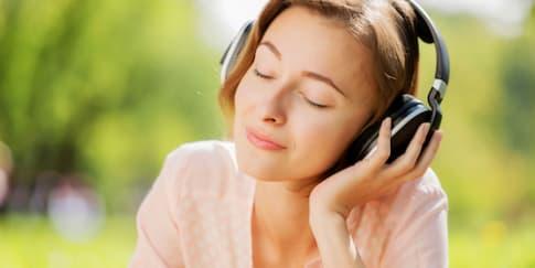 15 Lagu Romantis untuk Anda yang Sedang Jatuh Cinta