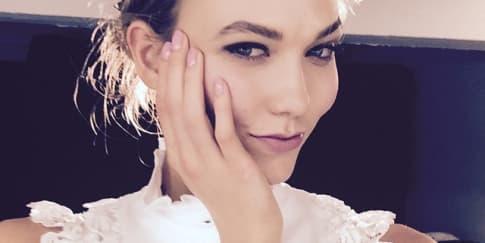 3 Gaya Chic Karlie Kloss Mengenakan Warna Putih