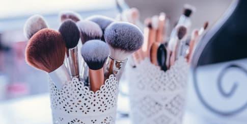 4 Cara Membersihkan Peralatan Makeup Dengan Mudah