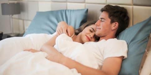 5 Posisi Pelukan Yang Baik Dan Manfaatnya Bagi Hubungan