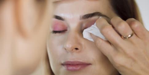 6 Bahaya Menghapus Makeup Dengan Tisu Basah